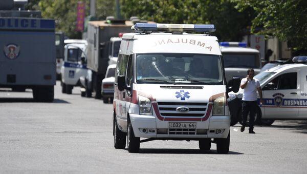 Автомобиль скорой помощи у захваченного здания отделения полиции в районе Эребуни на окраине Еревана - Sputnik Azərbaycan