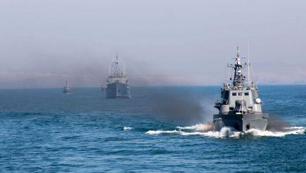 Тренировки военных кораблей на полигоне боевой подготовки на Каспийском море - Sputnik Азербайджан