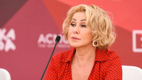 Любовь Успенская на пресс-конференции участников фестиваля Жара-2018 - Sputnik Азербайджан