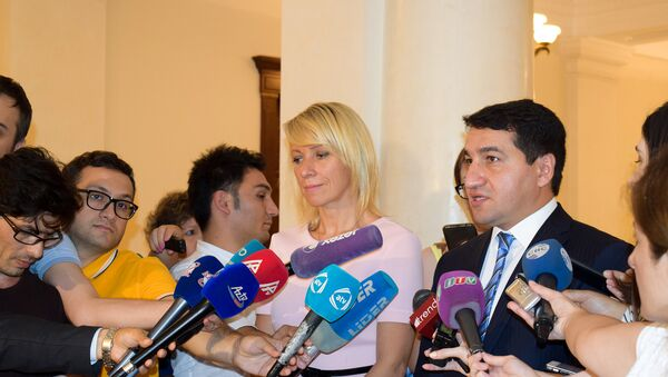 Официальный представитель министерства иностранных дел России и Азербайджана Мария Захарова и Хикмет Гаджиев - Sputnik Азербайджан