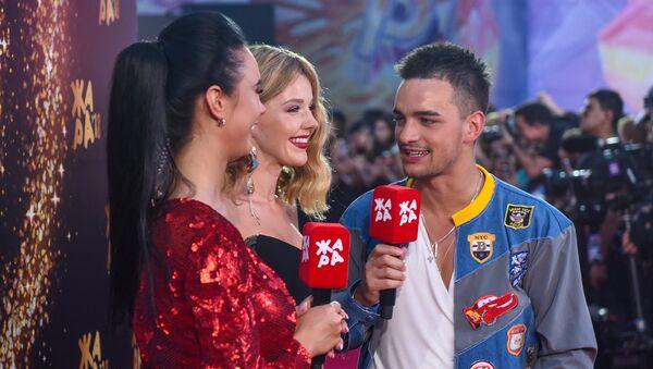 Юлианна Караулова на красной дорожке фестиваля Жара-2018, третий день - Sputnik Азербайджан