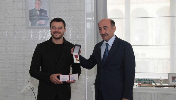 Эмину Агаларову вручили нагрудный знак и удостоверение почетного звания Народный артист - Sputnik Азербайджан