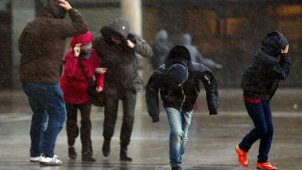 Прохожие во время сильного ветра, фото из архива - Sputnik Азербайджан