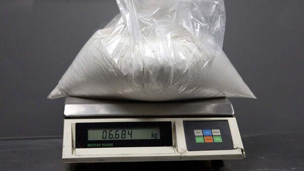 Изъятый наркополицей пакет с кокаином - Sputnik Азербайджан