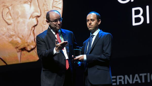 Каучер Биркар (справа) во время вручения премии Fields - Sputnik Азербайджан