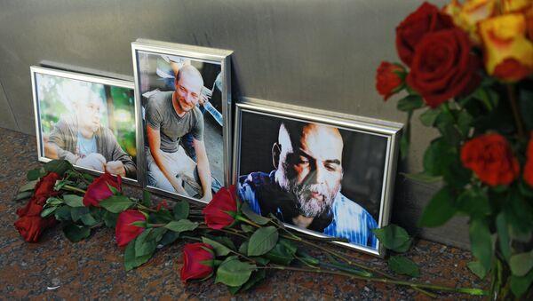 Цветы у Дома журналиста в память о троих убитых в Центральноафриканской Республике журналистах - Sputnik Азербайджан