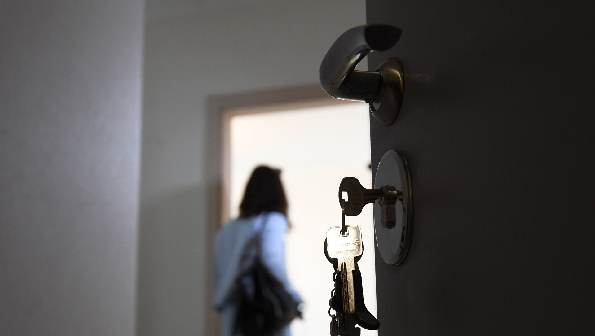 Входная дверь в одной из квартир жилого дома, фото из архива - Sputnik Azərbaycan, 1920, 04.08.2021