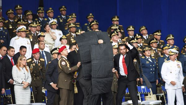 Сотрудники службы безопасности во время покушения на президента Венесуэлы Николаса Мадуро, 4 августа 2018 года - Sputnik Азербайджан
