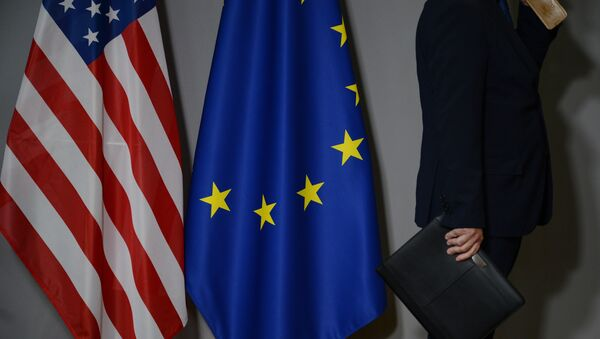 Флаги США и Европейского совета в Брюсселе - Sputnik Азербайджан