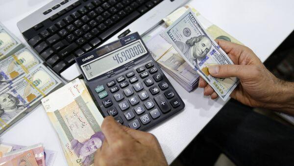 Доллары США и иранские риалы, фото из архива - Sputnik Азербайджан