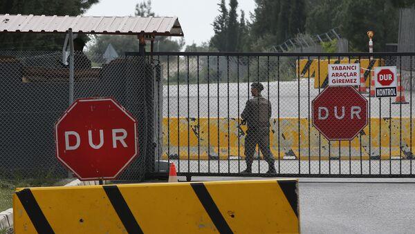 Главные ворота тюрьмы в провинции Измир, Турция, где содержится американский пастор Эндрю Брансон - Sputnik Азербайджан