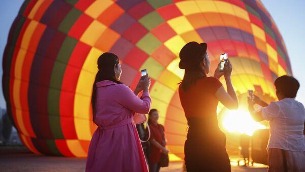Туристы у воздушного шара в Каппадокии, Турция - Sputnik Азербайджан
