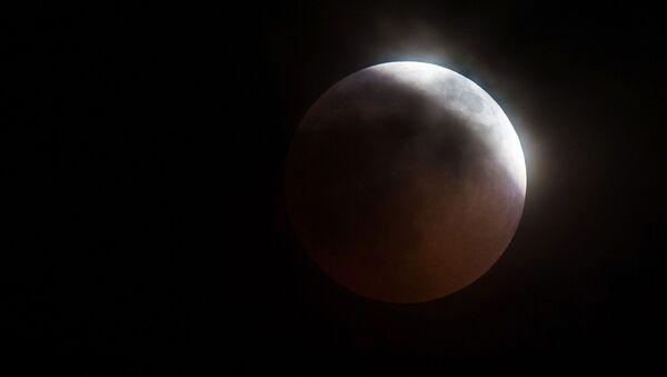 Луна во время затмения над горой Ай-Петри в Крыму - Sputnik Азербайджан