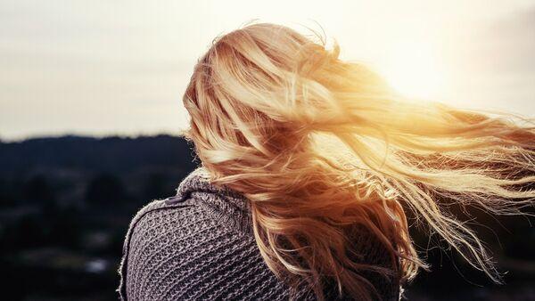 Волосы девушки развеваются на ветру - Sputnik Azərbaycan