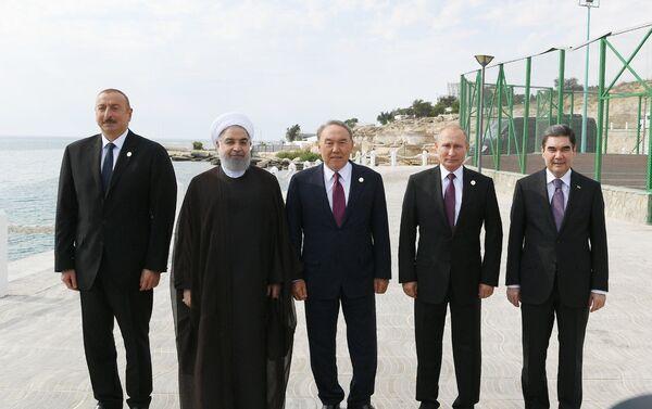 Главы стран каспийской пятерки прогулялись по берегу моря - Sputnik Азербайджан