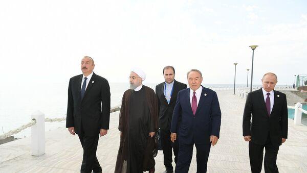 По завершении Пятого саммита глав государств прикаспийских стран президенты совершили прогулку по набережной города Актау - Sputnik Азербайджан