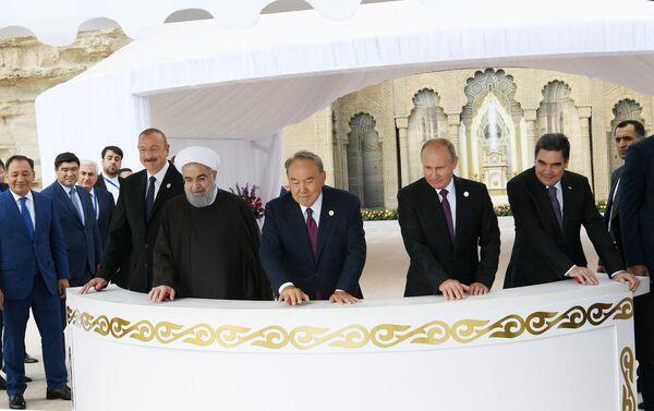 Президенты выпустили в море молодь осетровых пород - Sputnik Азербайджан
