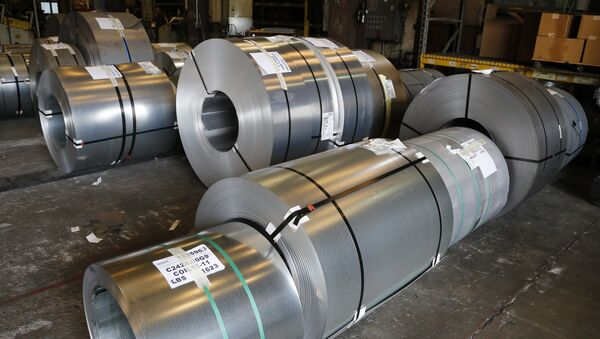 Рулоны алюминиевых листов на складе одной из фабрик в Честере, штат Вирджиния, США - Sputnik Azərbaycan