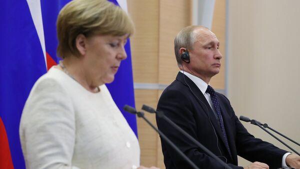 Президент РФ Владимир Путин и федеральный канцлер ФРГ Ангела Меркель на пресс-конференции по итогам встречи в Сочи, 18 мая 2018 года - Sputnik Азербайджан