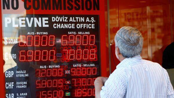 Электронное табло в пункте обмена валют в Стамбуле, 13 августа 2018 года - Sputnik Азербайджан