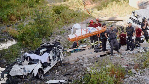 İtaliyanın Genuya şəhərində avtomobil körpüsünün uçması - Sputnik Azərbaycan
