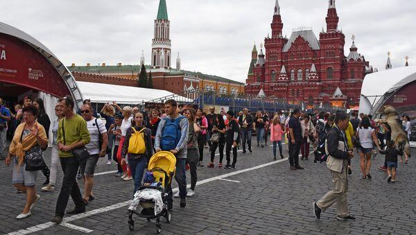 Туристы на Красной площади в Москве. - Sputnik Азербайджан