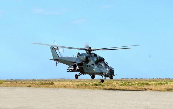 Вертолет ВВС Азербайджана в ходе летно-тактических занятий - Sputnik Азербайджан