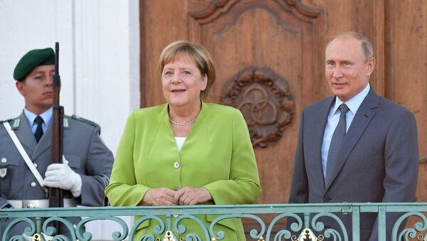 Президент РФ Владимир Путин и федеральный канцлер ФРГ Ангела Меркель во время встречи в резиденции правительства ФРГ Мезеберг, 18 августа 2018 года - Sputnik Азербайджан