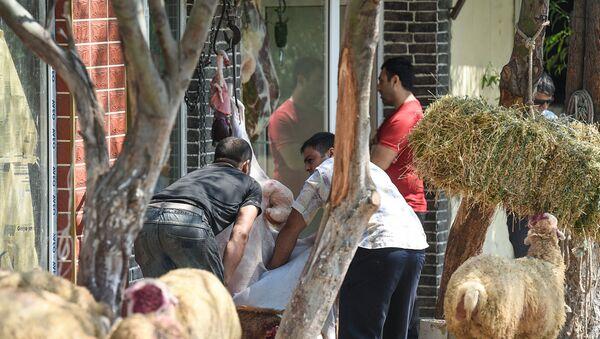 Незаконная продажа и забой скота на улицах Баку - Sputnik Азербайджан