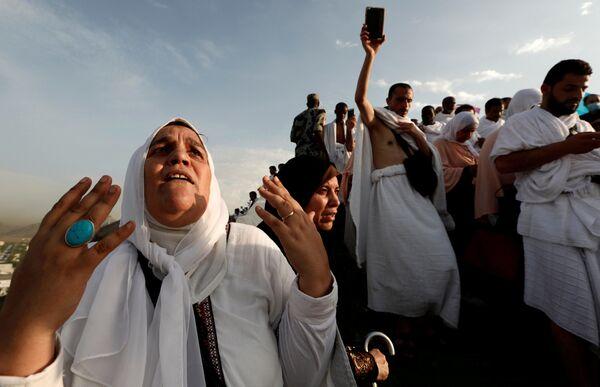 Мусульманские паломники молятся на горе Арафат во время паломничества в Мекку, Саудовская Аравия - Sputnik Азербайджан