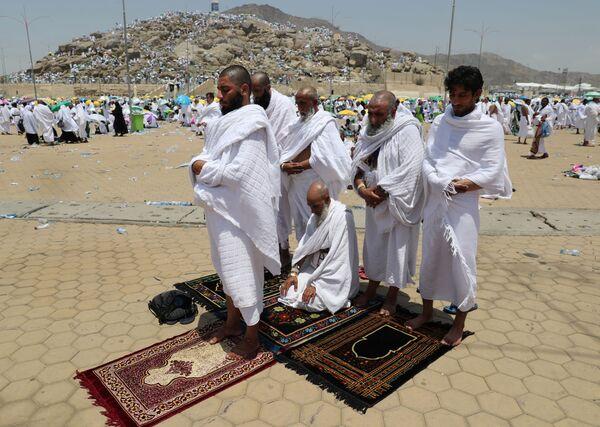 Паломники молятся у подножия горы Арафат во время паломничества в Мекку - Sputnik Азербайджан