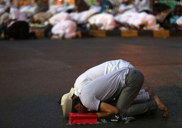 Мусульманские паломники молятся у мечети аль-Харам в Мекке - Sputnik Азербайджан