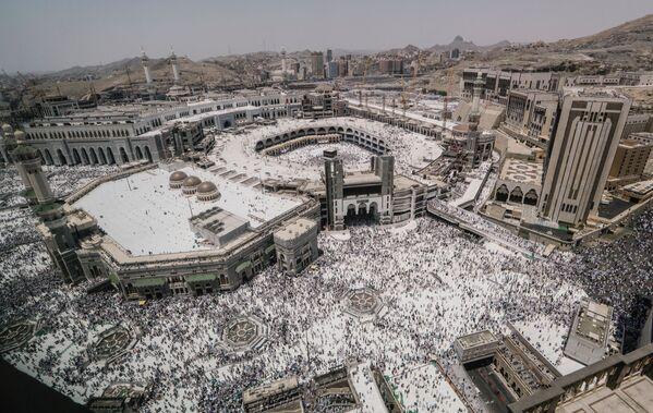 Мусульманские паломники у мечети аль-Харам в Мекке перед хаджем - Sputnik Азербайджан