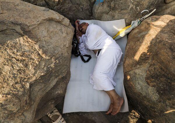 Мусульманский паломник спит между скалами горы Арафат близ Мекки во время хаджа, Саудвоская Аравия - Sputnik Азербайджан