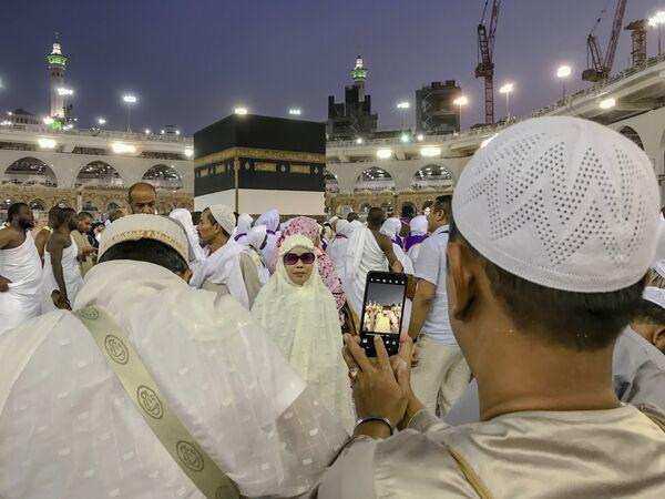 Мусульманские паломники фотографируются перед Каабой в мечети аль-Харам в Мекке, Саудовская Аравия - Sputnik Азербайджан