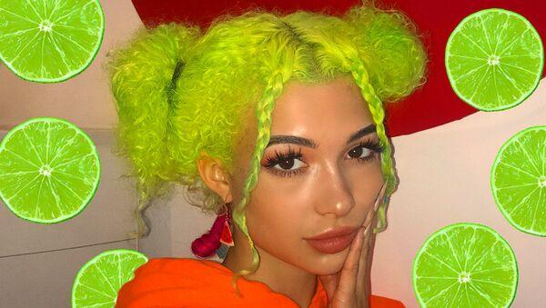 Девушка с волосами кислотно-лаймового цвета - Sputnik Азербайджан