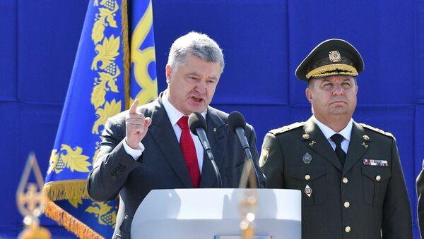 Ukraynada prezidenti Pyotr Poroşenkonun müstəqillik gününə həsr edilmiş hərbi paradda çıxışı - Sputnik Azərbaycan
