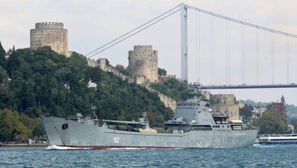 Большой десантный корабль Черноморского флота РФ Николай Фильченков проплывает в Босфоре на пути в Средиземное море, Стамбул, 24 августа 2018 года - Sputnik Азербайджан