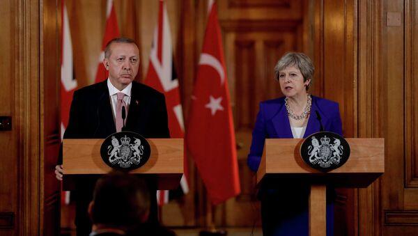 Президент Турции Реджеп Тайип Эрдоган и премьер-министр Великобритании Тереза Мэй в ходе пресс-конференции в Лондоне, 15 мая 2018 года - Sputnik Азербайджан