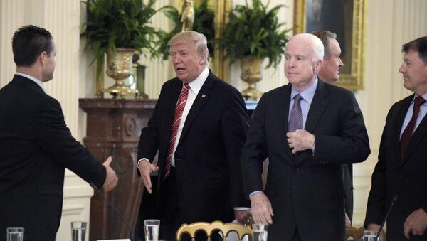 Дональд Трамп и Джон Маккейн, 27 июня 2017 года - Sputnik Азербайджан