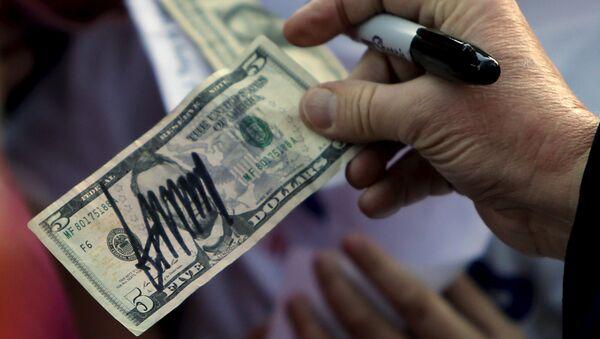 Пятидолларовая купюра с подписью Дональда Трампа, фото из архива - Sputnik Азербайджан