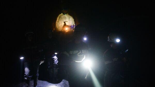 Шахтеры в горном руднике, фото из архива - Sputnik Азербайджан