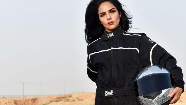 Гонщица Rana Almimoni из Саудовской Аравии в пригороде Эр-Рияда - Sputnik Азербайджан