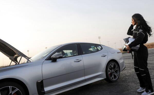 Гонщица Rana Almimoni из Саудовской Аравии у автомобиля в пригороде Эр-Рияда - Sputnik Азербайджан