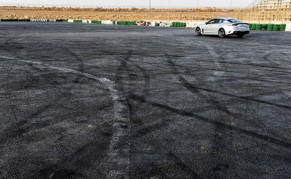 Гонщица Rana Almimoni из Саудовской Аравии во время езды на автомобиле в пригороде Эр-Рияда - Sputnik Азербайджан