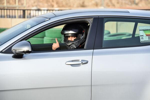 Гонщица Rana Almimoni из Саудовской Аравии в автомобиле в пригороде Эр-Рияда - Sputnik Азербайджан