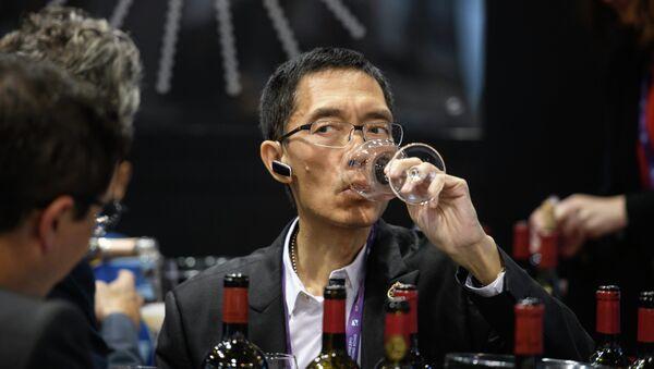 Мужчина дегустирует вино, фото из архива - Sputnik Азербайджан