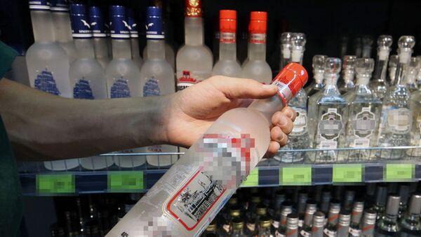 Посетитель держит бутылку водки в магазине, фото из архива - Sputnik Азербайджан