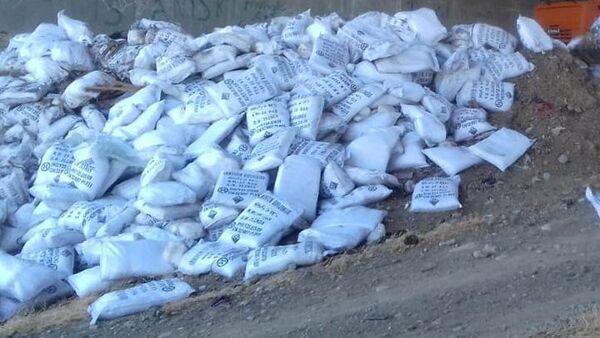 Мешки с химическими веществами под постом в городе Сумгайыт - Sputnik Азербайджан