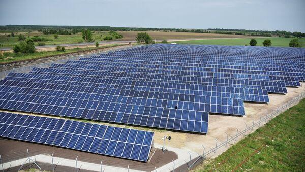 Панели солнечной электростанции, архивное фото - Sputnik Азербайджан